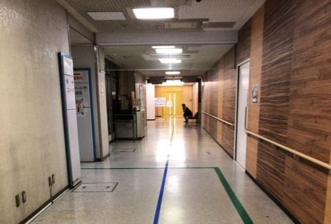 病院の廊下で待つMR
